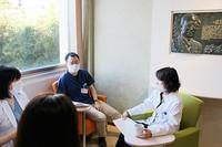 廊下のカラフルな椅子でミーティング中・・ - 長崎大学病院 医療教育開発センター  医師育成キャリア支援室