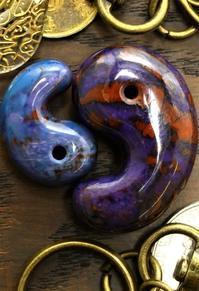 (新作勾玉!)スギライト 出雲型勾玉(南アフリカ産) - 石の音、ときどき日常
