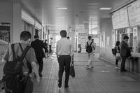 朝の駅構内 - モノクロ写真をアップする!