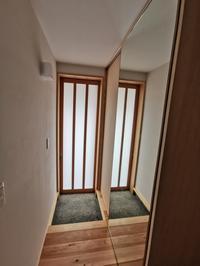 玄関空間を広く見せる鏡の扉で抜けをつくる - 静岡  清水  (しぞーか) の木組みの家