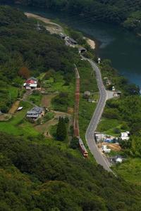 2020年9月宗谷山より津山線見下ろして - ローカル無人駅