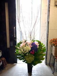 南5西5の飲食店のオープンにアレンジメント。「華やかに」。2020/10/02。 - 札幌 花屋 meLL flowers
