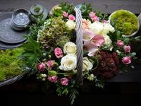 ご結婚記念日とお誕生日のお祝いにアレンジメント。グレーの手付きカゴに。福住2条にお届け。2020/10/04。 - 札幌 花屋 meLL flowers