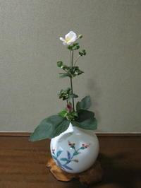 名の如く、秋の花・秋明菊 - 活花生活(2)