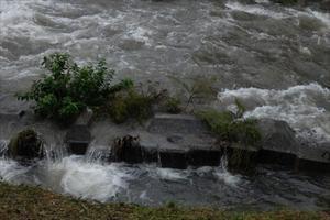台風は北の高気圧と前線に阻まれて、大雨が続く様子になってます。 -