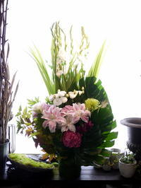 ご葬儀にアレンジメント。「背高め。白~グリーンに、淡い色等」。宮の沢の斎場にお届け。2020/10/07。 - 札幌 花屋 meLL flowers