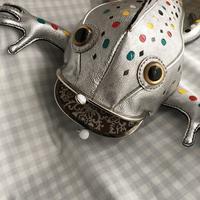 「日蘭芸術家交流展」にお出かけするプラチナカラーの爬虫類 - 布と木と革FHMO-DESIGNS(エフエッチエムオーデザインズ)Favorite Hand Made Original Designs
