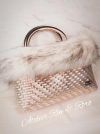 ピンクのバッグに豪華なファーを・・・♪ - 鮮やかな色に魅せられて