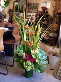 蕎麦屋さんの移転開店のお祝いにアレンジメント。南1条にお届け。2020/10/14。 - 札幌 花屋 meLL flowers