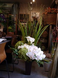 洋食とワインのお店のオープンにアレンジメント。「白~グリーン系。枝もの入れて」。南3西3のビル3階にお届け。2020/10/15。 - 札幌 花屋 meLL flowers