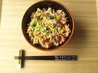 きのこで肉のカサ増し★鶏挽き肉とキノコのトマトバジル炒め丼 - Minha Praia
