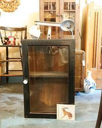 飾り棚とネックレス - CELESTE アクセサリーと古道具
