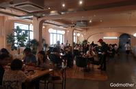 32. おぼっちゃまと老人 / Godmother - ホーチミンちょっと素敵なカフェ・レストラン100