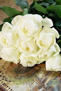 純白の薔薇とうっすら紅葉の葉物のブーケ - お花に囲まれて