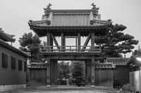 寺門 - モノクロ写真をアップする!