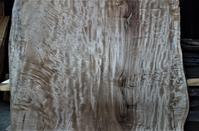 大きな栃  一枚板多彩な杢目 - SOLiD「無垢材セレクトカタログ」/ 材木店・製材所 新発田屋(シバタヤ)