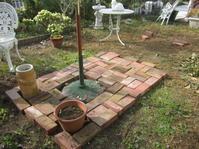 今日の庭仕事はレンガ敷き - 花の自由旋律