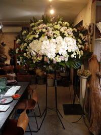 ご葬儀のスタンド花。南6条の斎場にお届け。2020/10/28。 - 札幌 花屋 meLL flowers