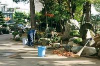 お寺の清掃作業と弘法大師像 - 照片画廊