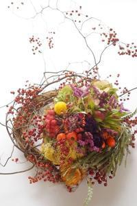 実りの秋のリース - お花に囲まれて