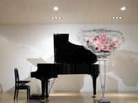 ピアノの発表会のステージ上の、花束(20個)持ち帰りタイプのスタンド花。「赤やピンク、可愛らしい感じ」。ル・ケレス南円山ミュージアムホールにお届け。2020/11/15。 - 札幌 花屋 meLL flowers