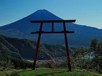 天空の鳥居と富士山 - 風の香に誘われて 風景のふぉと缶