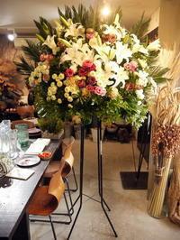 ご葬儀のスタンド花。西区西野の斎場にお届け。2020/11/16。 - 札幌 花屋 meLL flowers
