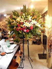 ご葬儀のスタンド花。西区西町南18の斎場にお届け。2020/11/19。 - 札幌 花屋 meLL flowers