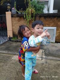 健翔は朝からお隣の女の子と遊んでいます - 65歳お父さん、バンコク子育て日記