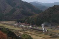 小さな盆地の駅を発車する汽車- 2020年晩秋・山口線 - - ねこの撮った汽車