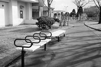 マンションのベンチと植栽の冬囲いおよび排気口の小屋根 - 照片画廊