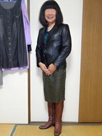 黒革のテーラードジャケットにオリーブドラブのタイトスカートその2 - レザー純子