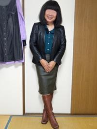 黒革のテーラードジャケットにオリーブドラブのタイトスカートその1 - レザー純子