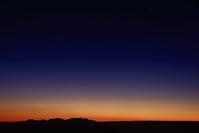 「夜明けを待つ」 - 光と彩に、あいに。