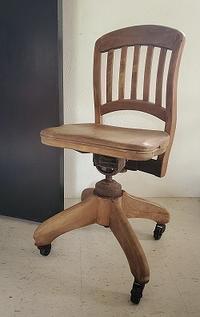 胸ズキュンの木製事務椅子 - 眠れる島の小さな住人達