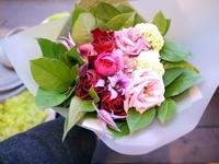 お母様の還暦のお祝いに花束。「赤多めで」。2020/12/04。 - 札幌 花屋 meLL flowers