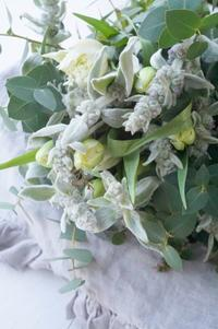 ラムズイヤーとチューリップのブーケドマリエ - お花に囲まれて