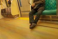 「そうか、13時をすぎると電車は空くのね」 - もるとゆらじお