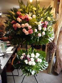 ご葬儀のスタンド花。白石区中央2条に斎場にお届け。2020/12/11。 - 札幌 花屋 meLL flowers