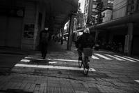 確かに急いで歩く人はいるが、人の出は少ないね・・・20201216 - Yoshi-A の写真の楽しみ
