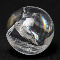 今日の空を思わせてくれるような、虹入り水晶の丸玉 - 石の音、ときどき日常
