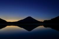 精進湖の朝 - 風とこだま