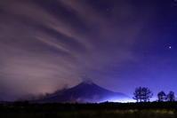 令和2年12月の富士(15)山麓の車の光跡と富士 - 富士への散歩道 ~撮影記~