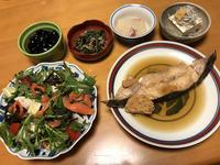 ナメタガレイ煮つけと、スモークサーモンサラダと、大根葉炒めと、大根重ね煮と、シラス温奴、それにお味噌汁 - かやうにさふらふ