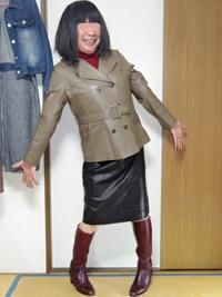 茶色のジャケットコートに黒タイトスカート - レザー純子