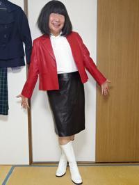 赤のテーラードジャケットに黒のタイトスカートその1 - レザー純子