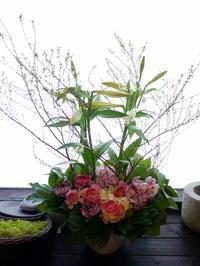 一周忌にアレンジメント。「色入れて、明るく」。澄川6条にお届け。2021/01/09。 - 札幌 花屋 meLL flowers