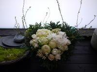 亡くなったワンちゃんにアレンジメント。「可愛らしい雰囲気+男の子。ふわふわの真っ白なワンちゃん」。八軒6条にお届け。2021/01/09。 - 札幌 花屋 meLL flowers