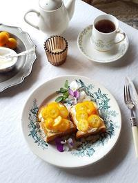 金柑とクリームチーズのはちみつトースト & 今日も一緒・・・にゃ♪ - キッチンで猫と・・・