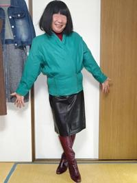 エメラルドグリーンの革ジャケットに黒タイトスカート - レザー純子